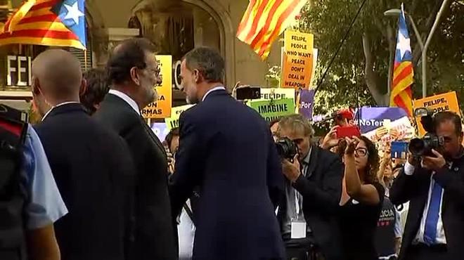 Forta xiulada al Rei en la manifestació de Barcelona contra el terrorisme