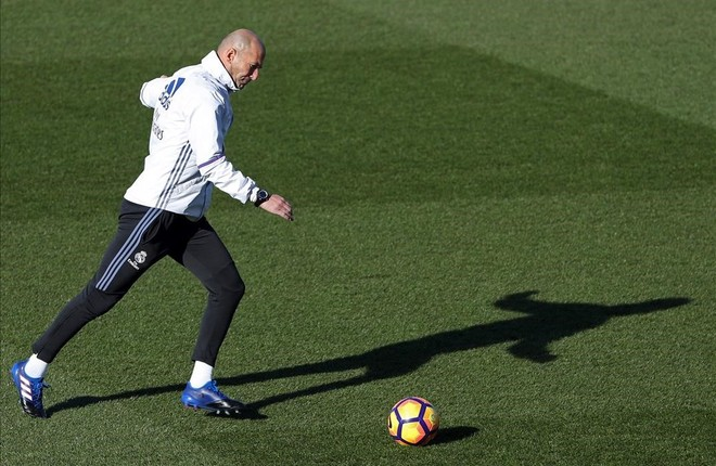 Zinedine Zidane, durante el entrenamiento de este sábado en la ciudad deportiva de Valdebebas.