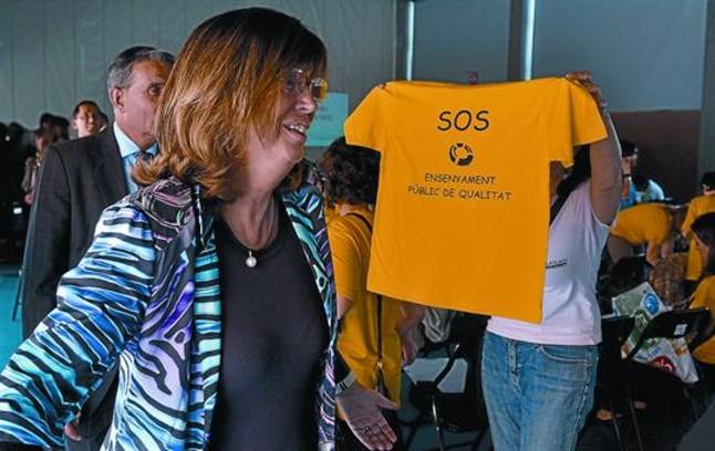 Una madre muestra a la consellera Rigau una camiseta reivindicativa, ayer en Lleida.