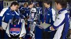 Jorge Lorenzo (centro) intercambia impresiones con su equipo de ingenieros en el box de Yamaha en el trazado gaditano. El objetivo del mallorqu�n es batir a las Honda de Stoner y Pedrosa.
