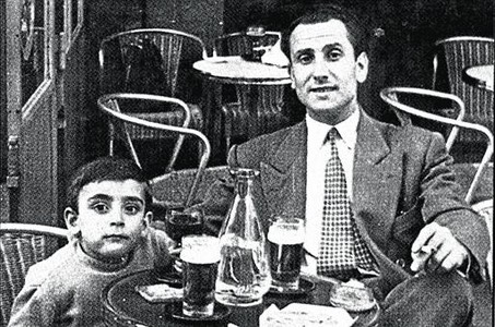 Josep Llus Facerias, en Pars en 1952, con el hijo de un compaero.
