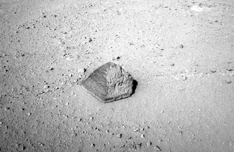La pequeña roca con forma de pirámide. Foto: NASA