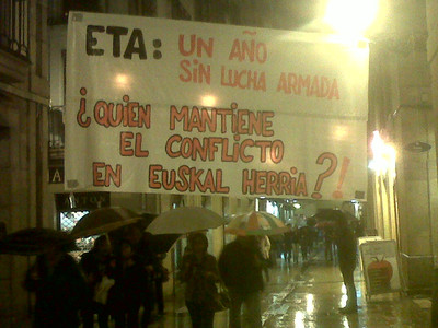 Pancarta que recuerda que ETA dej la lucha armada hace un ao, anoche en el casco viejo de San Sebastin. 