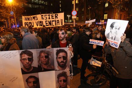 Concentració davant de la Conselleria d'Interior en contra de les pilotes de goma utilitzades pels antiavalots en les manifestacions.