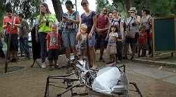 Los ni�os miran atentos la hormiga mec�nica de Ra�l Mart�nez en el Umbracle.