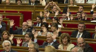 Los diputados del PP alzan las manos para mostrar que no participan en la votaci�n. Al fondo, David Fern�ndez hace el s�mbolo feminista.