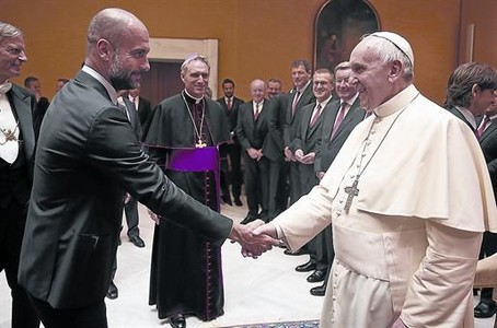 Audi�ncia al Vatic� 8 Guardiola saluda el papa Francesc, ahir, a la visita del Bayern Munic.