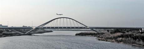 El nuevo puente sobre el Llobregat, en el Prat, ayer.
