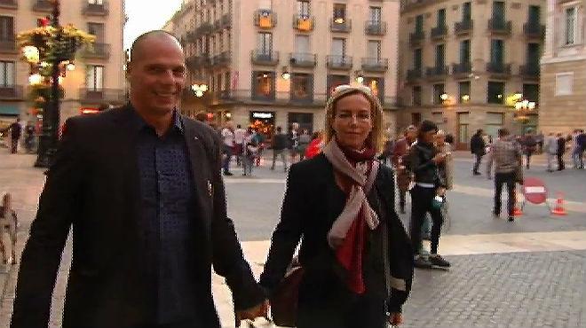 Yanis Varoufakis y su mujer, de paseo por Barcelona