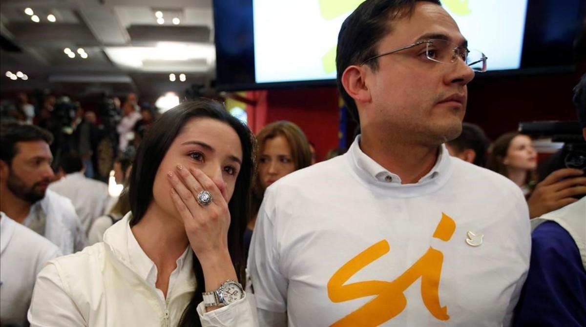 Dos partidarios del sí, desolados al conocer el resultado adverso, en la plaza Bolívar de Bogotá.