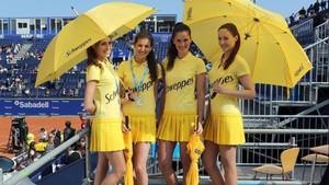 Cuatro azafatas con el vestuario de verano en el Godó