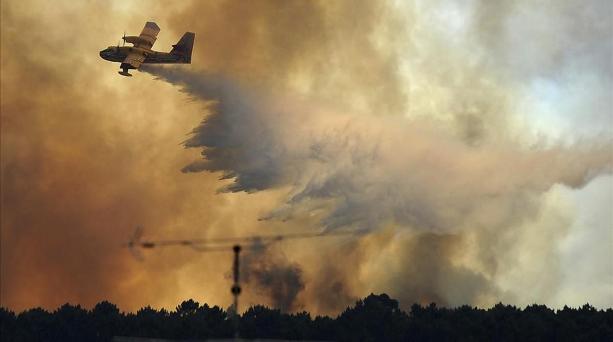 Una avioneta descarga agua sobre Pedrograo Grande, una de la zonas afectadas por el gran incendio que azota a Portugal.