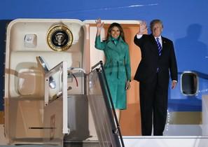 Donald y Melania Trump, a su llegada a Varsovia, a última hora del miércoles.