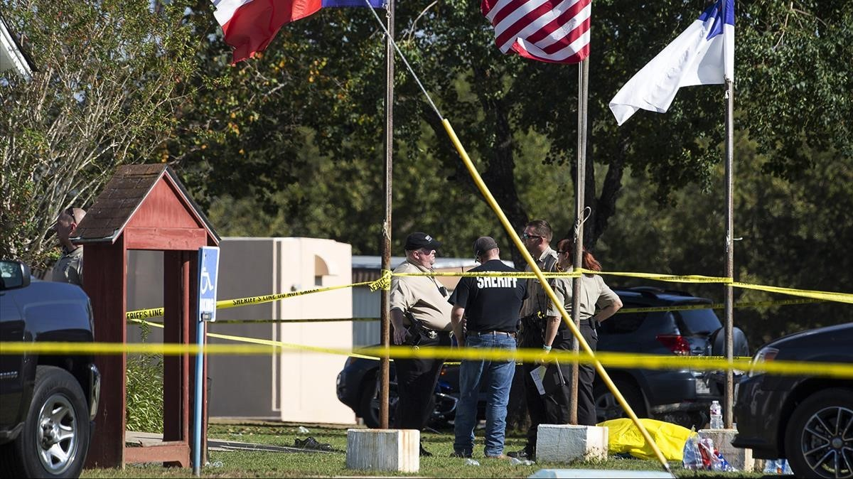zentauroepp40832140 law enforcement officials stand next to a covered body at th171105230323