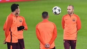 marcosl41036795 barcelona s andres iniesta right and teammates attend a pr171121213045