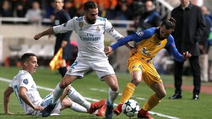 Carvajal, junto a Lucas Vázquez, intenta quitarle el balón a Aloneftis