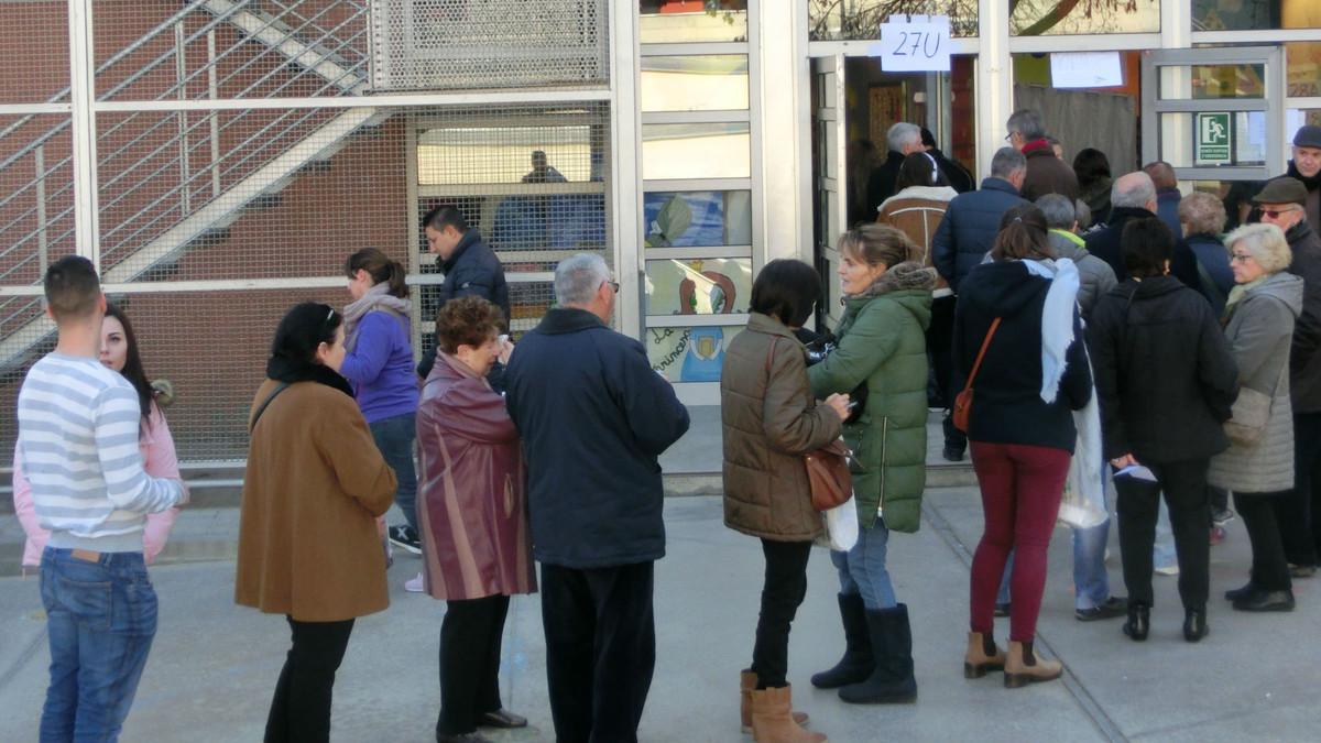 Cola para acceder a la mesa 27U del colegio electoral Molí de Finiestrelles (Barcelona)