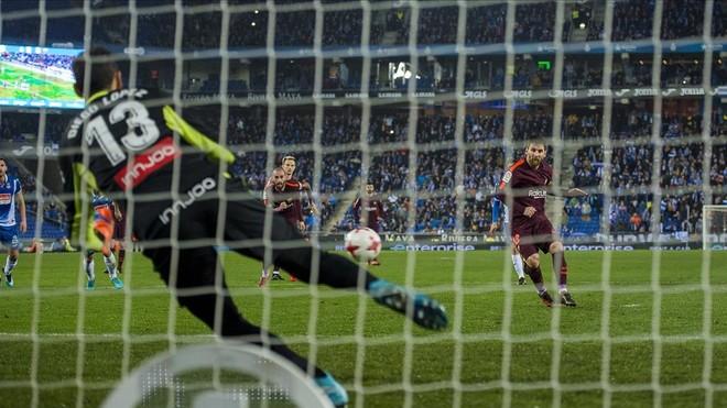 Diego López se lanza para detener el penalti a Messi.