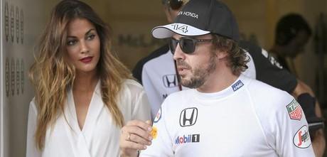 Alonso, con su prometida Lara �lvarez, en Abu Dabi.