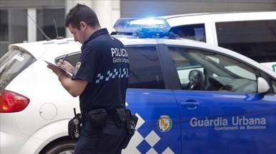 Un guardia urbano de Badalona, tramitando un informe sobre un accidente de tr�fico.