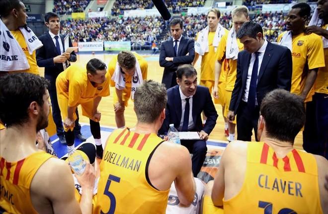 Bartzokas da instrucciones a sus jugadores en el partido de Tenerife