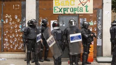 Antidisturbios ante el banco expropiado.