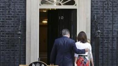 David Cameron se retira, con su esposa, Samantha, tras anunciar su dimisi�n.