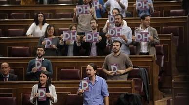 Derechos humanos 8 Los diputados de Podemos con octavillas, ayer.