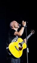 Eros Ramazzotti durante un concierto.
