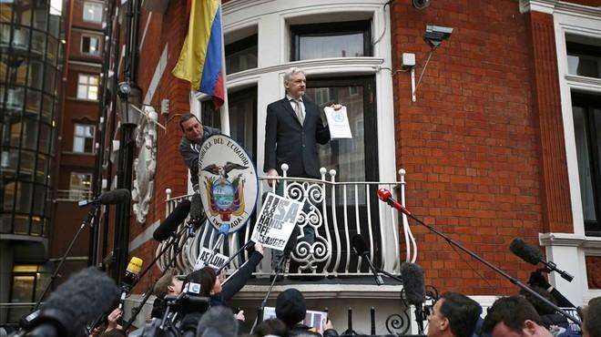 Assange rep la fiscal sueca al seu refugi de l'ambaixada de l'Equador a Londres