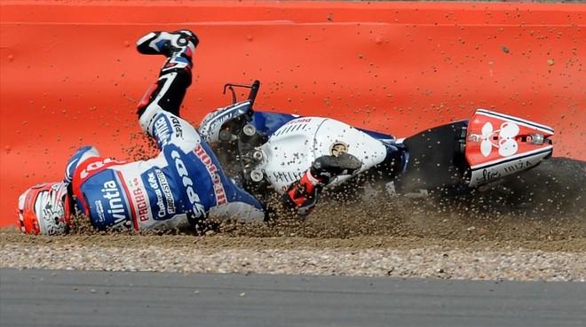 Héctor Barberá cae de su moto en Silverstone (2015).