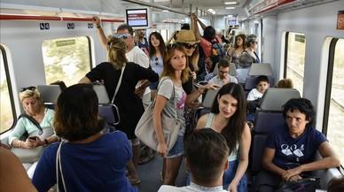 Uno de los trenes de la R1 que vienen de la costa del Maresme en direcci�n a Barcelona, por la ma�ana.