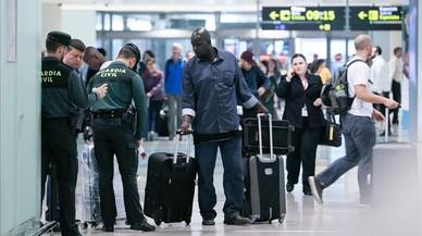 La Policia posa més agents al Prat per evitar el caos del cap de setmana