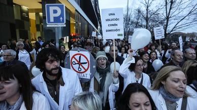 Treballadors i usuaris del Parc Taulí protesten contra la saturació de l'hospital