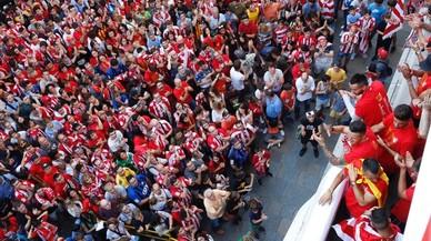 Los jugadores, en el balcón del Ayuntamiento de Girona, aclamados.