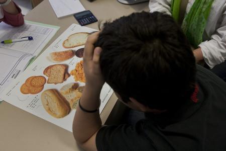 Un niño visita la consulta de una nutricionista.