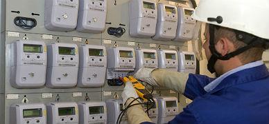 Un operario de Endesa instala contadores digitales inteligentes.