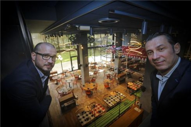 Pedro y Borja Iglesias, con el comedor principal de Bellavista al fondo. Foto: Danny Caminal