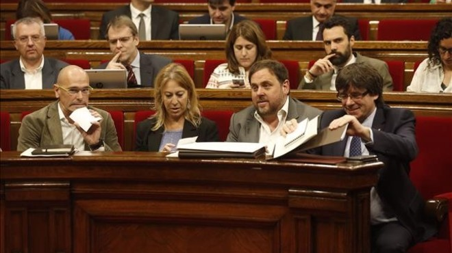 Muchas de las medidas dependen de tenerlas en los presupuestos de la Generalitat. Si las ve reflejadas, seguro que usted tendr� m�s razones para apoyarEl 'president' Puigdemont y los 'consellers' Junqueras, Munt� y Romeva, en el pleno del Parlament.