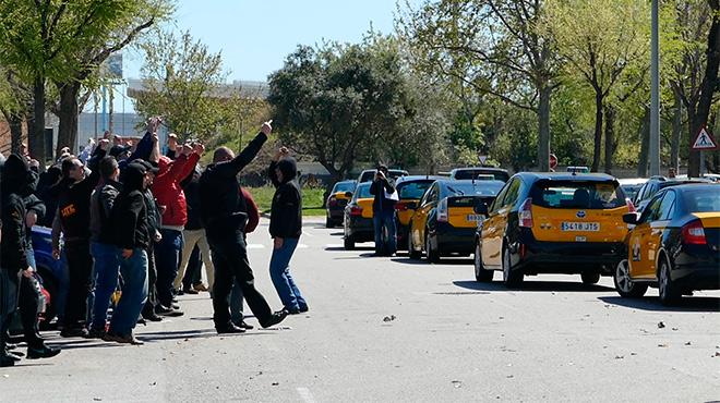 Taxistas de la compañía Elite se manifiestan frente a la sede de Cabify