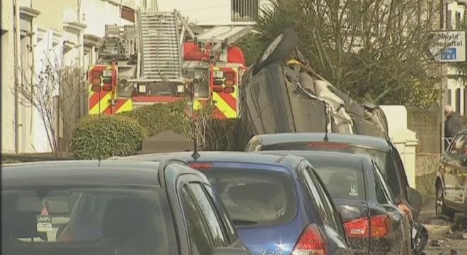 Dos homes roben un camió de bombers i l'estavellen contra un bloc de pisos