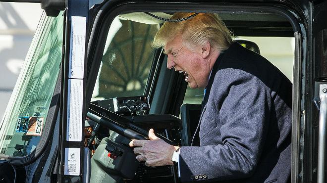 Trump bromea subida a un camión, el jueves en un encuentro con transportistas.