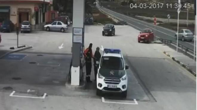 Surt il·lès després de travessar a tota velocitat una gasolinera per evitar un xoc