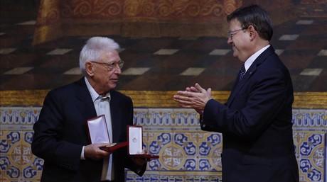 Ximo Puig entrega la Gran Cruz de la Orden de Jaume I El Conqueridor a Raimon, este viernes, durante el acto institucional del 9 d'Octubre.