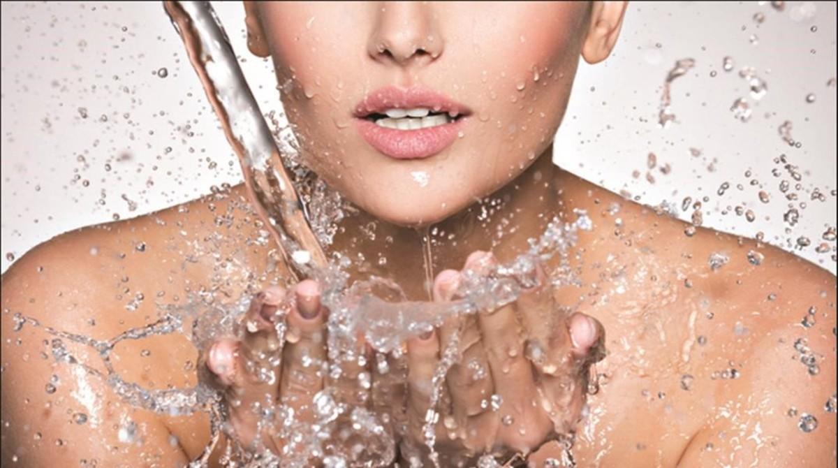 Iluminar, alisar e hidratar la piel del rostro, el cuello y el escote