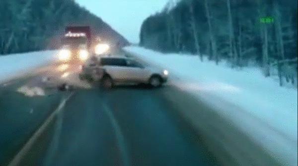 Niña casi es atropellada en Rusia después de accidente