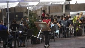 La hostelería reclama abrir ya bares y terrazas con dos metros de distancia