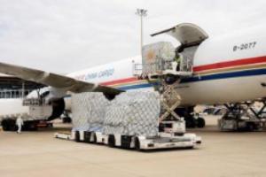 Llegan dos vuelos de China con un millón de mascarillas y 10.000 monos de protección