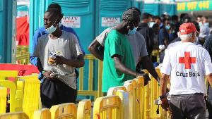 Una patera con 24 personas llega directamente al muelle de Arguineguín