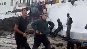 Los vecinos atienden entre lágrimas a los migrantes que arriban a un pueblo costero de Lanzarote